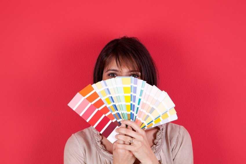 Femme tenant une palette de couleur