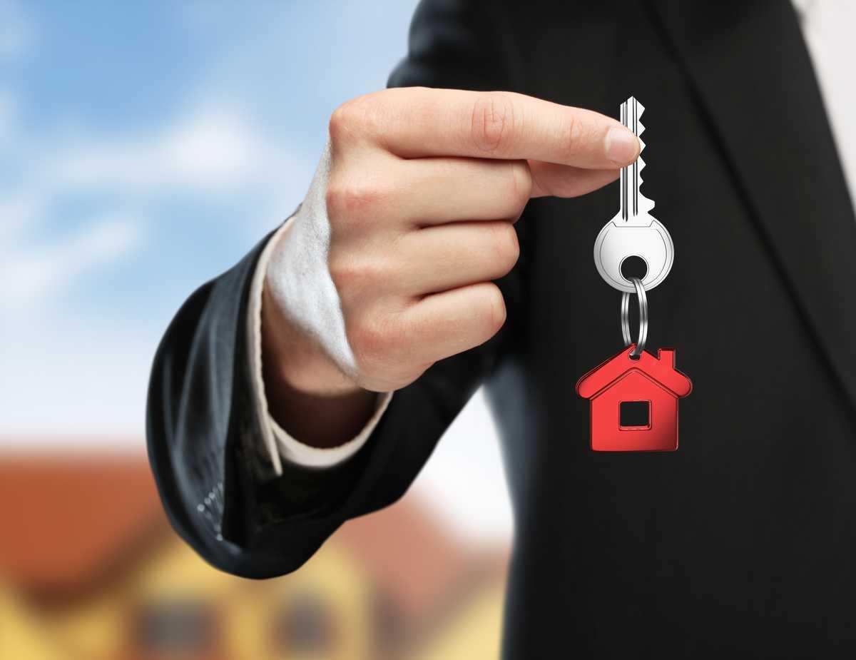 Homme avec un porte-clé maison