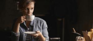 Femme en mode cocooning avec un chocolat chaud