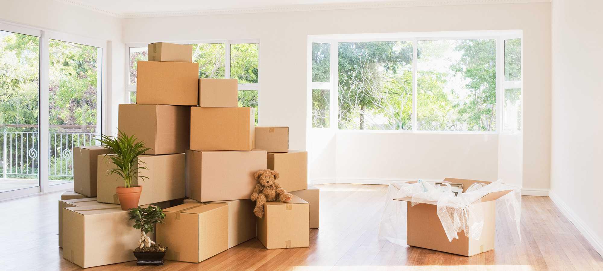 Cartons de déménagement empilés