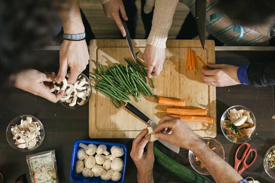 Colocataire cuisinant des légumes
