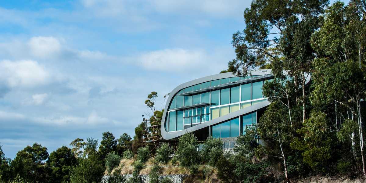Maison moderne sur une falaise
