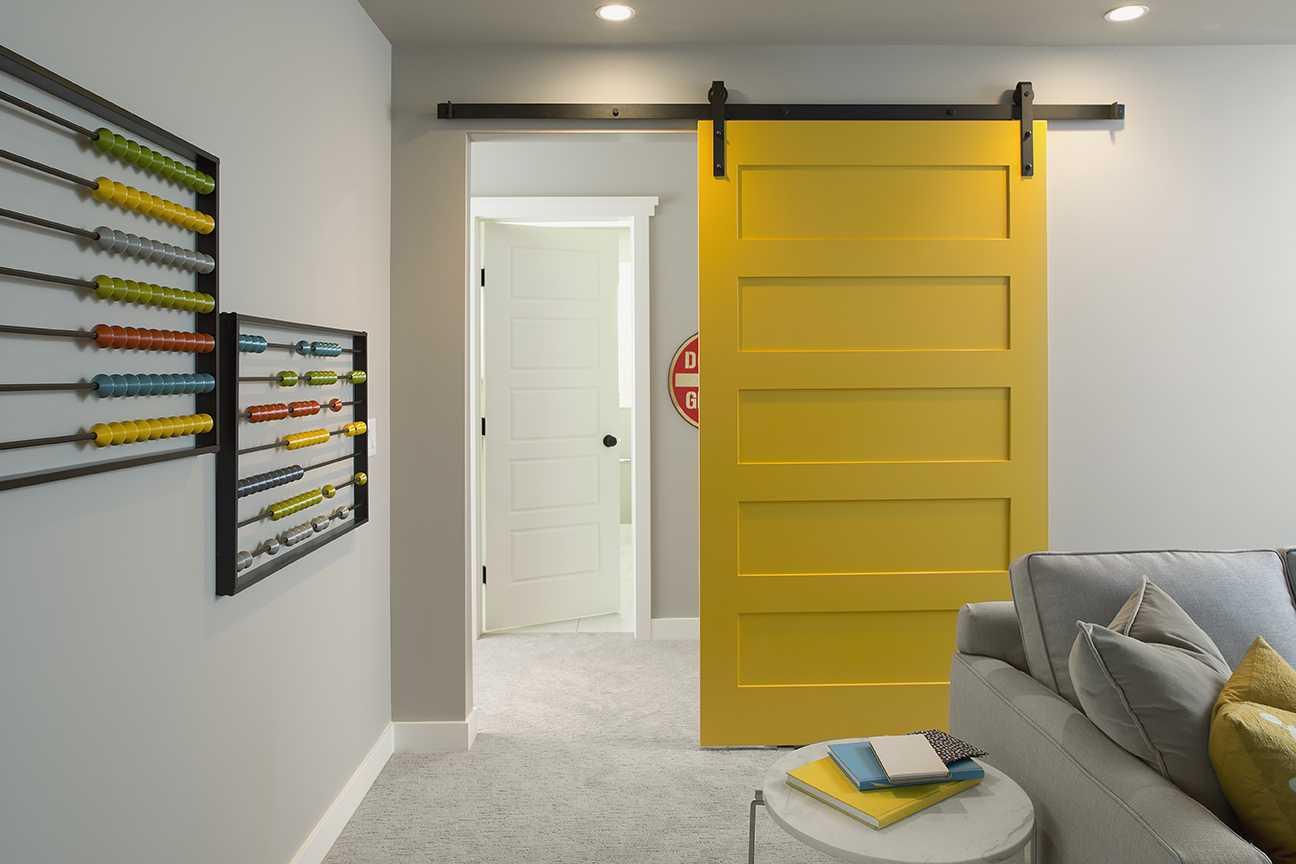 Porte intérieure couleur jaune citron pour une ambiance pop