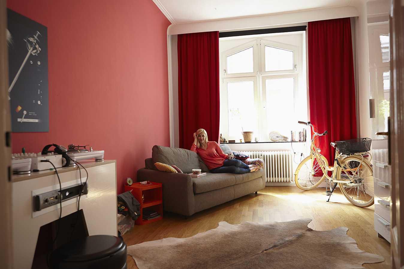 tons de rouge rosés et roses pour un salon ambiance cosy